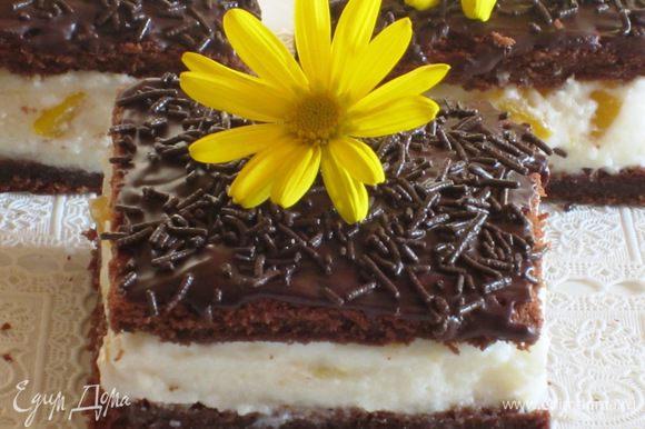 Украшение: Растопить шоколад с небольшим количеством молока и нанести на поверхность.Украсить шоколадной посыпкой. Приятного аппетита:)