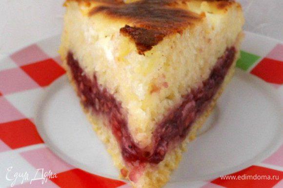 ...а затем на порционные кусочки. Пирог замечательный. В меру сладкий. Корочка под сметанной помазкой мягкая. Хорош как тёплый, так и холодный. Приятного аппетита!