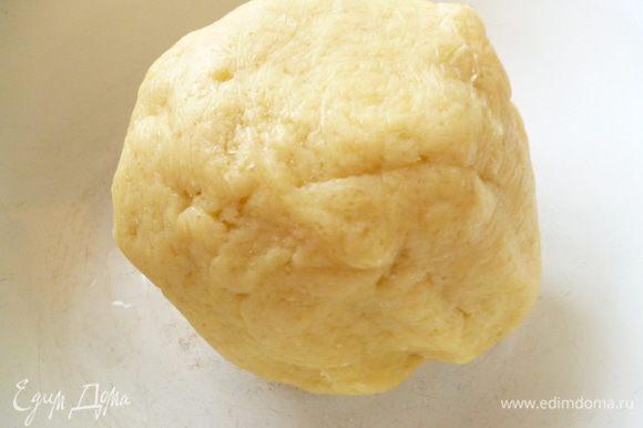 Замесить однородное тесто.Завернуть его в пленку и положить в холодильник минимум на 1 час.Тесто можно приготовить заранее за сутки.