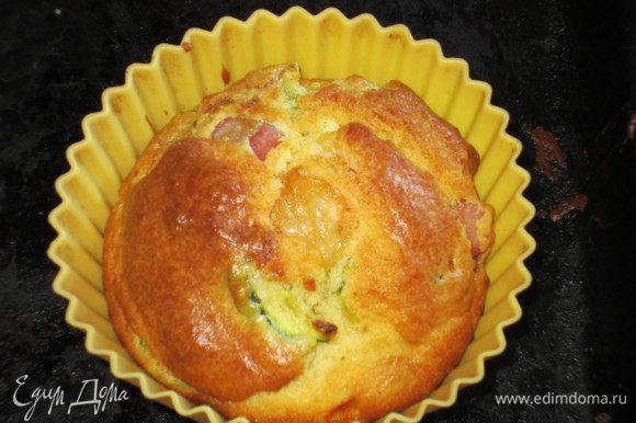 Вылить тесто в формочки для маффинов и выпекать в разогретой до 180° С духовке 20 - 25 минут до золотистого цвета. Остудить. Приятного аппетита:)