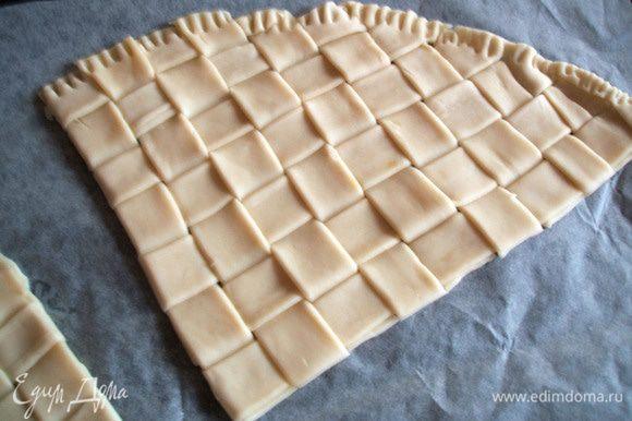 Вынуть тесто из холодильника, разрезать его на 4 сегмента и смазать яйцом. Выложить на каждый сегмент рыбное филе, накрыть овощами. Завернуть конверт уголком, прижать края. Сверху тоже смазать яйцом. Выпекать в духовке, предварительно разогретой до 200 градусов около 15 минут. Приятного аппетита!