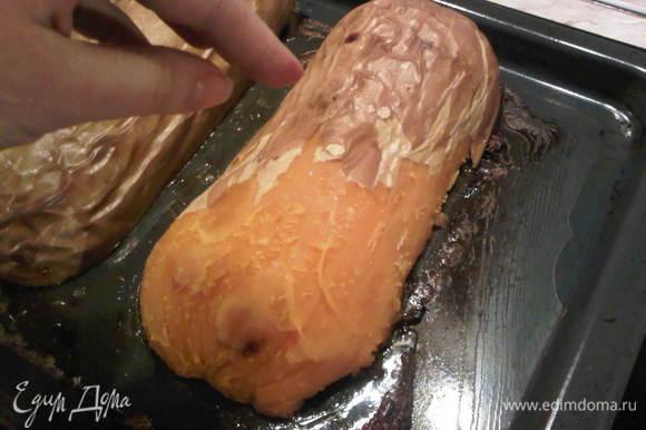 Далее, можете перевернуть и ложкой отделить мякоть от кожуры. Я в нетерпении начала еще с горячей снимать кожицу вот таким нетрадиционным способом. :)