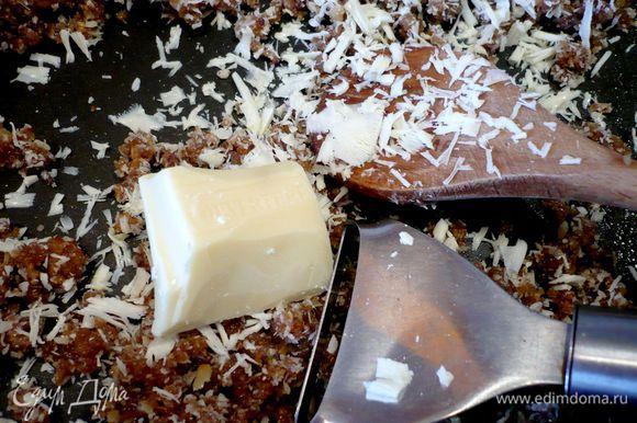 Натираем на терке шоколад (я воспользовалась отличным ноу-хау Елены Мальва и сначала снимала небольшие завитки шоколада при помощи овощечистки и лишь в самом конце прибегла к терке). Вымешиваем хорошо. Добавляем воду, снова перемешиваем.