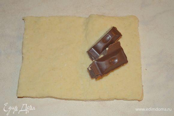 на одну половинку прямоугольника, по центру кладем по 2-3 дольки шоколада