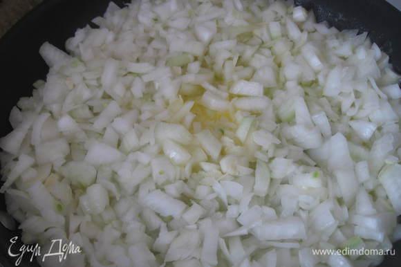 В большой сковороде (желательно чугунной, тяжелой) растопить сливочное масло. Добавить туда лук, перемешайте . Нельзя отлучаться, пока лук пассеруется., т.к. его нужно очень часто перемешивать, иначе лук может пригореть, а не карамелизоваться. Сначала температура обработки может быть чуть выше (средняя), затем чуть убавьте.