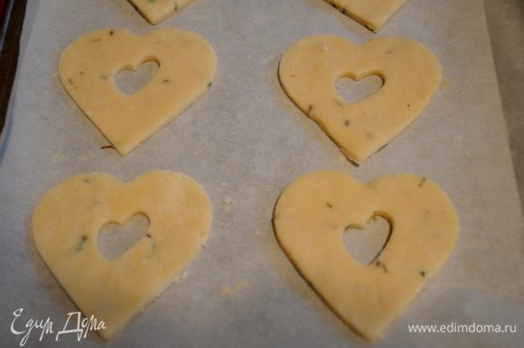 На противни выложим бумагу для выпечки.Перенесем осторожно на противень все печенья. И поставим в холодильник на 15 мин.