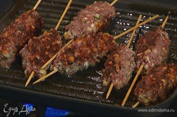 Разогреть в сковороде-гриль оставшееся оливковое масло и обжарить кебаб со всех сторон до готовности.