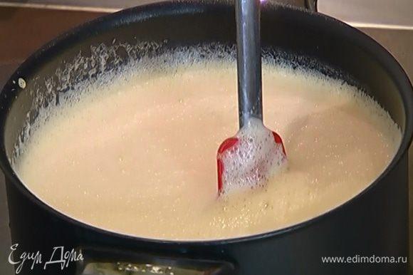 Перелить молочно-яичную смесь обратно в кастрюлю, перемешать и поставить на огонь. Прогревать, непрерывно перемешивая, 2–3 минуты, пока масса не загустеет.