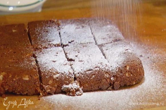 Готовый корж порезать небольшими полосками и присыпать сахарной пудрой.