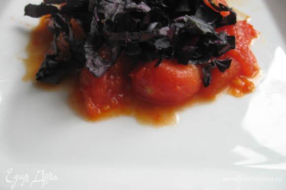 Сервировать порционно, сначала уложив помидоры, затем порезанный базилик.