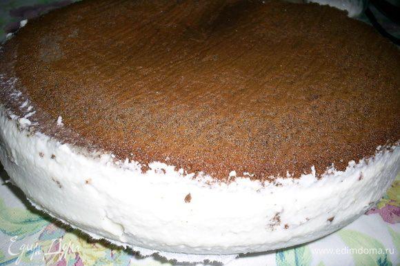 Отправляем торт на ночь в холодильник застывать минимум на 6 часов, лучше на ночь.