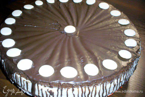 Для глазури растапливаем на водяной бане шоколад и масло. Даем немного остыть и наносим на верх и бока торта. Украшаем по своему желанию. У меня были диски из белого шоколада. На что-то серьезное времени как всегда не хватило, но на вкусе это никак не отразилось)))