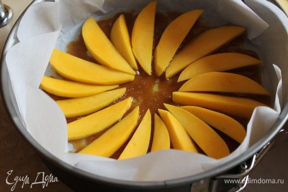 на нее кладем по кругу наш манго куcочками..посередине оставляем место и сыпем туда орехи любые.