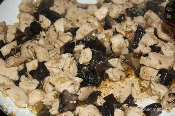 Добавляем к курице грибы и тушим,пока не выпарится вся жидкость.Солим и перчим по вкусу.