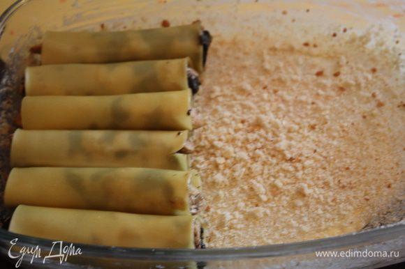 Форму смажем маслом и посыпем сухарями,туда же и выкладываем наши готовые трубочки в один слой.
