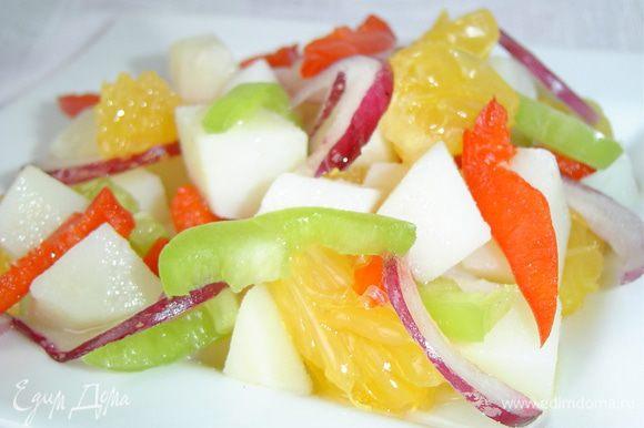 Картофель,лук, апельсин, перец перемешиваем, к оливковому маслу добавляем винный уксус и слегка взбиваем вилочкой, а затем заправляем салат.Солим и перчим по вкусу.