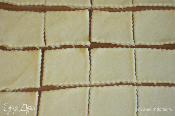 Нарезать тесто квадратами (у меня было 3 размера квадратов: 4х4, 5х5, 6х6 см).