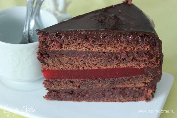 Сборка: Первый корж пропитать сиропом, выложить часть крема-ганаша. Положить второй корж,пропитать и на него я нанесла тонкий слой ганаша,а сверху слой мармелада,накрыть третьим коржом.Снова пропитка ,ганаш и так же с 4-м коржом.Обмазать кремом торт охладить. Облить торт охлажденной шоколадной глазурью. Украсить. Убрать в холодильник.