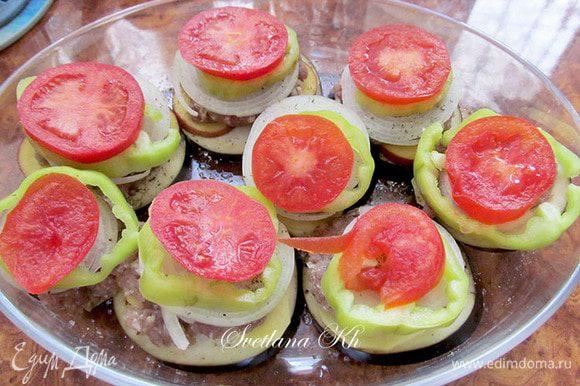 Поверх лука выложить нарезанный перец и помидоры. Все очень просто.