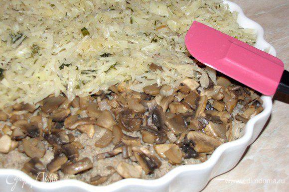 Форму смазать оставшимся маслом, выложить в нее слоями капусту, мясо, грибы и снова капусту.