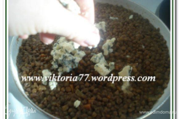 За 5 минут до готовности посолить и поперчить. Готовое блюдо снять с огня и покрошить в него голубой сыр и перемешать.