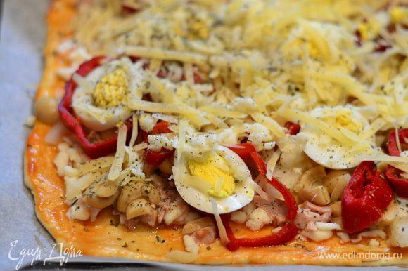 Тесто смазываем оливковым масло,затем томатным соусом,посыпать тертой моцареллой, туда же - печень трески,лук,перец,грибы.яйца и в конце,пармезан,немного оставить для посыпки пиццы.
