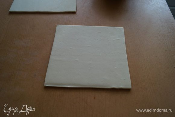 Слоеное тесто раскатать толщиной 1 см.