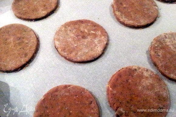 Ну здесь все очень просто: к счастью)))) Шоколад натрите на терке. Смешайте все ингредиенты для теста и добавьте тертый шоколад. Тесто скатайте в шар и поместите в холодильник на 2 часа. Затем охлажденной тесто раскатать в пласт толщиной 5-6 мм, и вырезать из него кружочки диаметром примерно 6 см. Кружки положите на противень, заранее застеленный пекарской бумагой. Выпекать в заранее нагретой до 200С духовке примерно 10 минут.