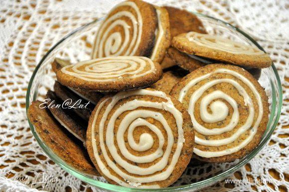 Готовое печенье охладите и украсьте глазурью.. Для глазури нужно смешать сахарную пудру и апельсиновый сок. С помощью корнетика нанесите спиральки на печенье. А впрочем украсьте, как хотите. Печенье не потеряет свой вкус. Оно оооочень вкусное и ароматное.