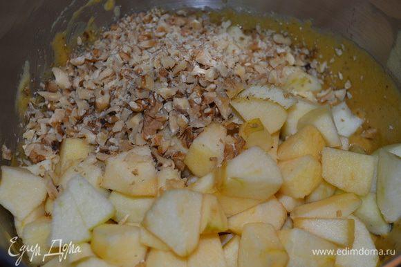 Яблоки очистить и нарезать кусочками, добавить вместе с орехами в тесто и все еще раз перемешивать.