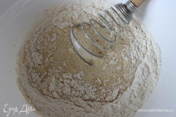 Молоко подогреть, растворить в нем дрожжи, сахар, соль, добавить яйца и хорошо перемешать.