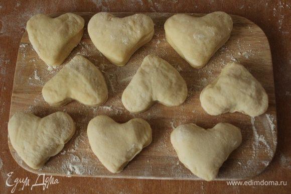 Готовые пончики жарить в большом количестве растительного масла с двух сторон до золотистого цвета.