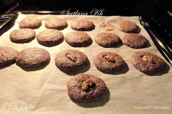 Сразу выкладывать печенье на пергамент. Можно украсить орешками. Выпекать 10 минут при 180 гр. Остудить и полить шоколадом. Красиво смотрится белый шоколад на темном тесте.