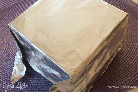 Квадратную жестяную форму для выпечки 23 х 23 см аккуратно обернуть снаружи плотной фольгой, точно повторяя все стороны, углы.