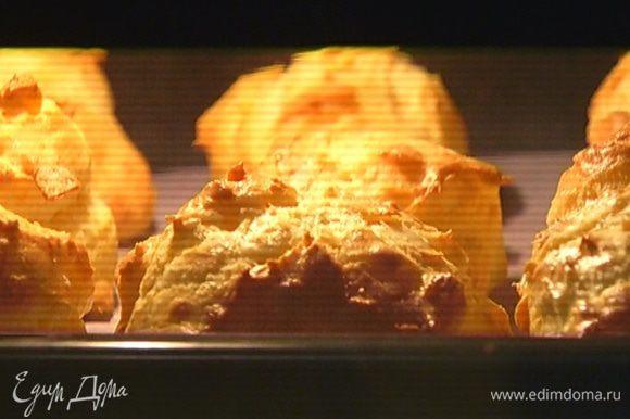 Отправить эклеры в разогретую духовку на 15 минут, затем понизить температуру до 170°С и выпекать еще минут 10.