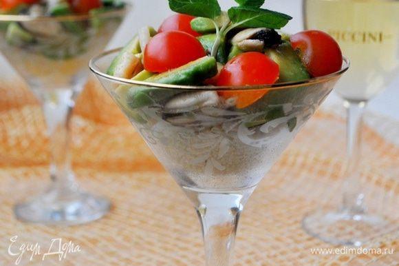 Кускус разложить по креманкам или бокалам,сверху выложить смесь авокадо с морепродуктами,а так же разрезанные пополам помидоры черри.Полить оставшимся лимонным соком.Украсить листиком мяты,подать через 1 минуту.Приятного аппетита!