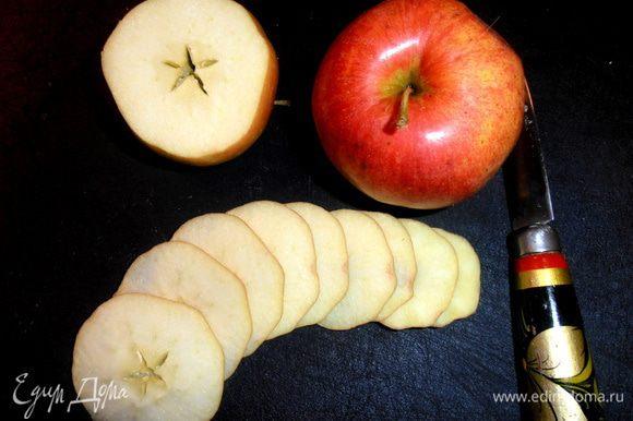 Мытые, обсушенные яблочки нарезать как можно тоньше острым ножом... Семечки вытащить!
