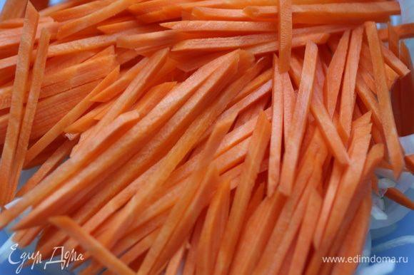 Морковь нашинковать соломкой