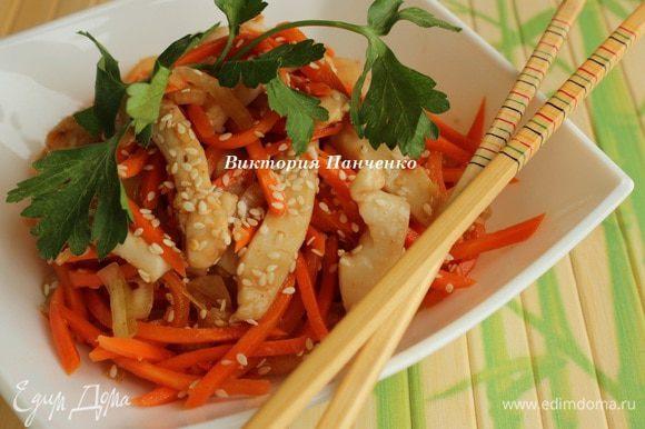 Соединить кальмар с овощами, добавить чеснок. Дать настояться 2-3 часа. Перед подачей посыпать кунжутными семечками.