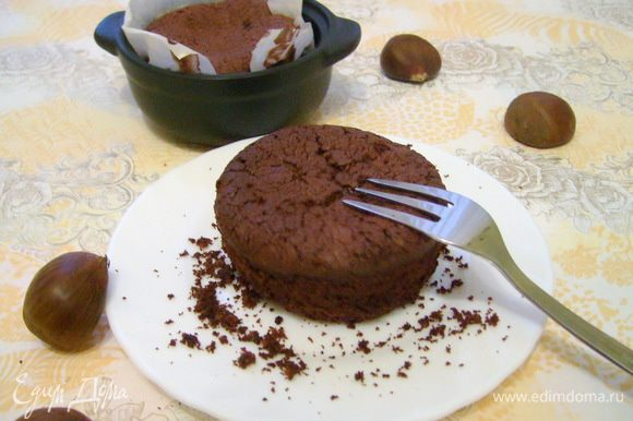 Готовый пирог остудить в течение 15 минут, прежде чем достать его из формы (обязательно!!!). Иначе он просто расплывется горячим муссом по тарелке. Подавать пирожное можно как теплым с шариком мороженого, так и уже полностью остывшим. Интересно, что чем больше пирожные остывают — тем плотнее становится их текстура.