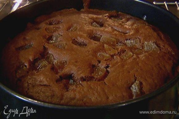 Выпекать кекс в разогретой духовке 35–45 минут.