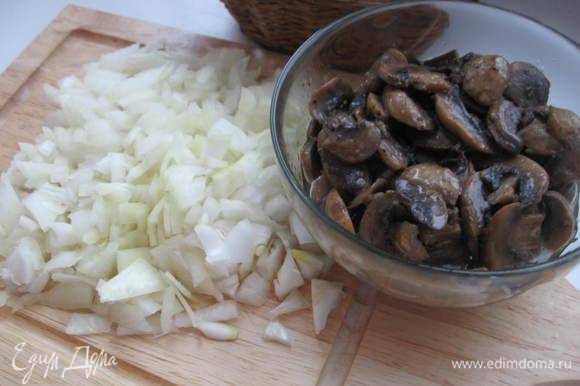 Поставить грибы на медленный огонь, добавив чуть-чуть оливкового масла. Выделившийся грибами сок должен выпариться наполовину. Лук нарезать мелко.