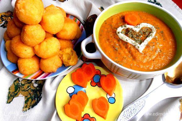 Подаём к морковному супчику( http://www.edimdoma.ru/retsepty/51481-solnechnyy-supchik-iz-morkovki-k-8marta-parmalat) или просто на завтрак!