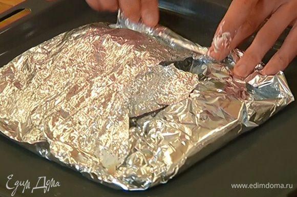 Соединить края фольги, скрепить их, чтобы получился карман, и отправить рыбу в разогретую духовку на 10–12 минут.
