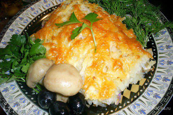 Ну вот и все, нарезаем на порционные кусочки и подаем с овощами. В теплом виде гораздо вкуснее, хотя сложнее нарезать. Невероятно вкусно! Приятного аппетита!