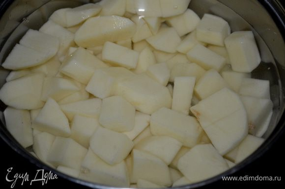 Очищенный и порезанный картофель отварить до готовности.