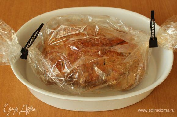 Поместить мясо в пакет для запекания и запекать на слабом огне 2 часа.