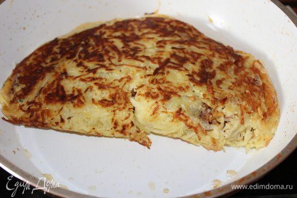 даем сыру немного расплавится... и заворачиваем наш картофельный блин на верх и обжариваем с двух сторон уже по 3 минуты.