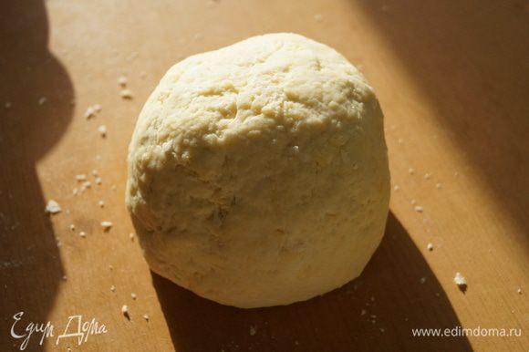 Влить молоко, муку смешать с разрыхлителем и добавить к сырно-молочной массе, замесить крутое эластичное тесто