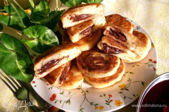 Сюрприз увидят при разрезании горяченького сырника. Это шоколадная лава - начинка аппетитно растеклась внутри каждого сырничка!